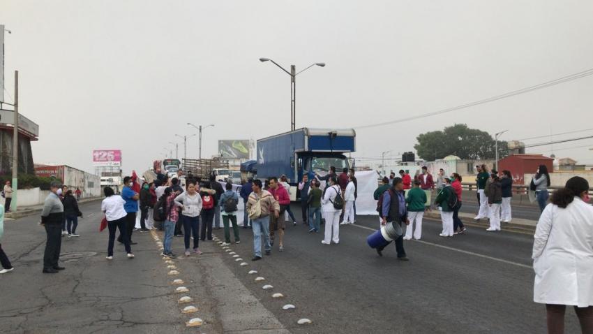 Bloquean carretera en demanda de insumos médicos