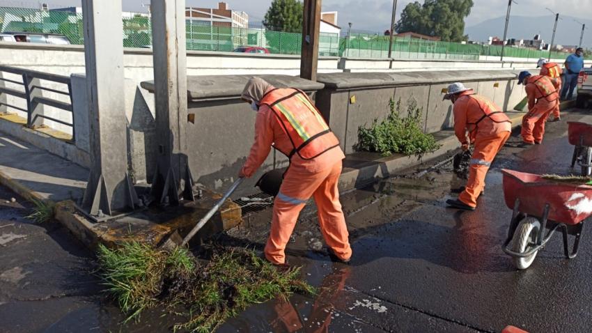 Se realizan trabajos de limpieza general en el viaducto Río de las Avenidas.